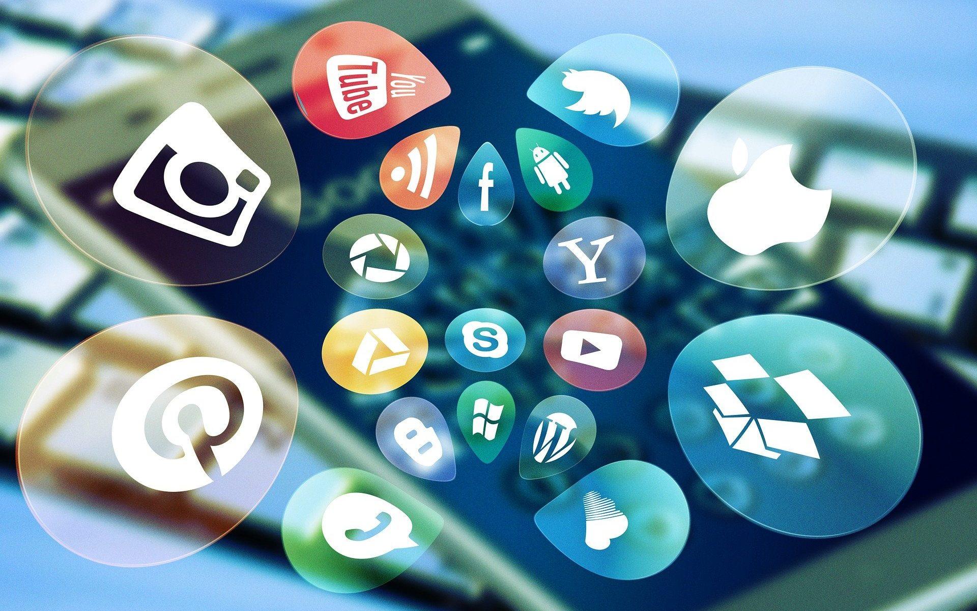 Kuvitettu kuva, jossa on eri sosiaalisen median kanavien logoja.