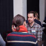 Kuvassa Jesse Räsänen ja kaksi henkilöä keskustelevat.