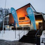 Kuvassa Karjalantalon sisäänkäynti. Maassa on lunta ja UEF-liput liehuvat portaiden vieressä.