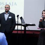 Kuvassa professori Turunen seisoo ja projektipäällikkö Logrén puhuu mikrofoniin.