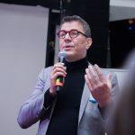Kuvassa Tapio Huttula puhuu mikrofoniin.