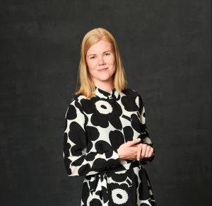 Kuvassa vaaleahiuksinen nainen (Katja Toropainen) päällään Marimekko-mekko.