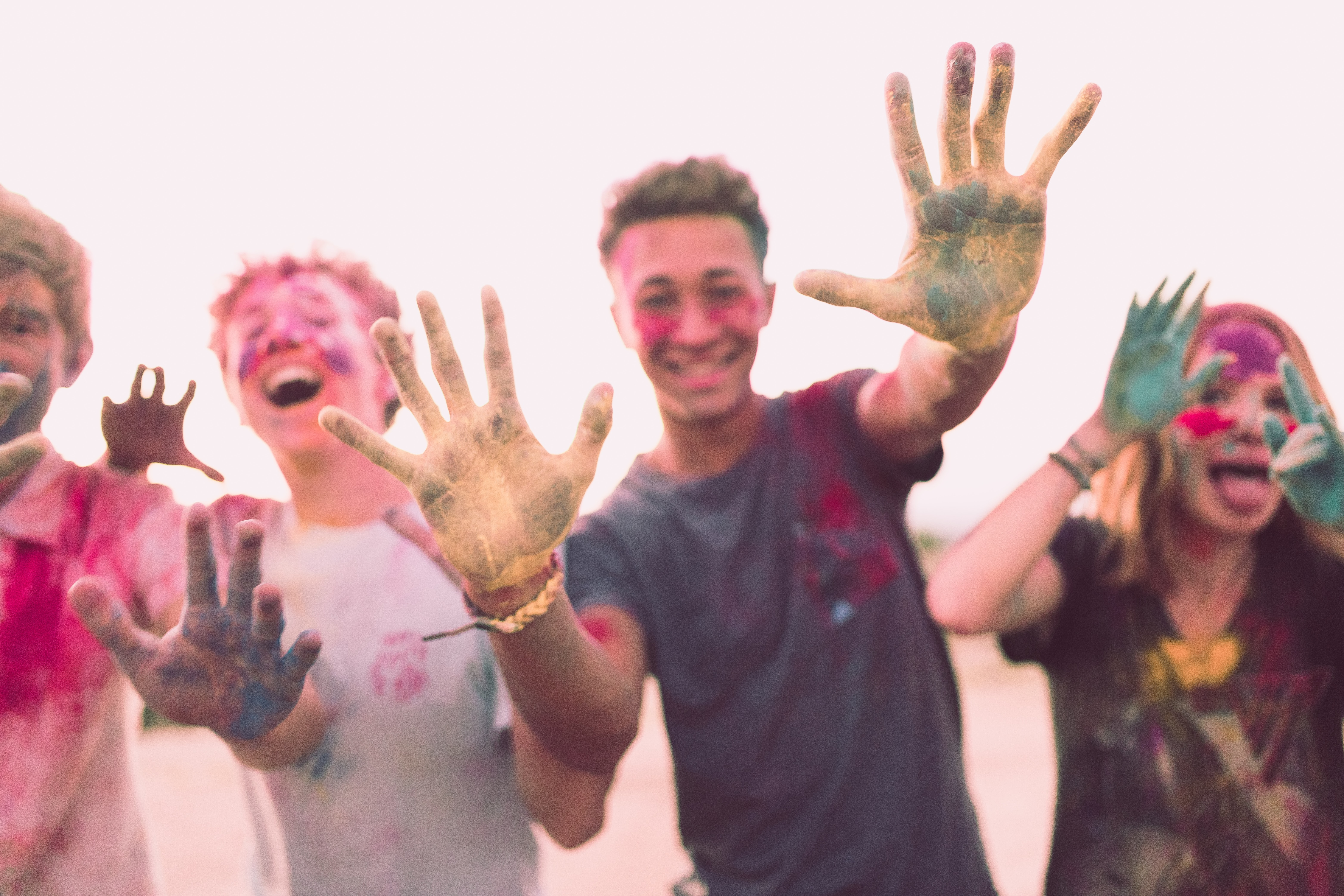 Kuva nuorista, joiden kädet on maalissa