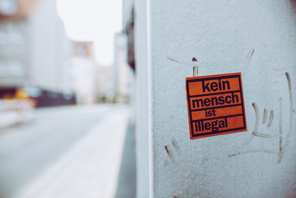 Poliittinen tarra kaupunkiympäristössä.
