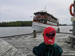 Pikkupoika katsoo laivaa