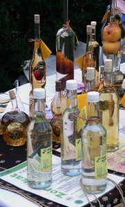 Pulloja pöydällä