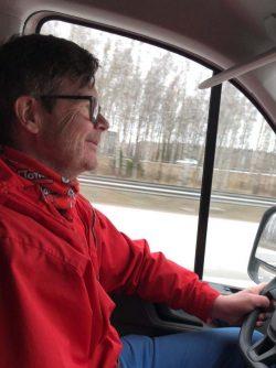 Kirjoittaja ajamassa autoa