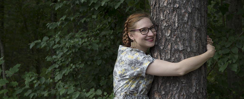 Nuori tutkija halaa puuta