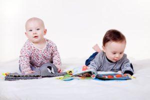 Koristekuva: Lapset tarkastelevat katselukirjoja.