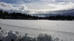 Vaikka asunkin keskustassa, on luonto lähellä sydäntäni. Onneksi Kuopion keskustassakin luonto on lähellä, kun yhden talorivin takana asunnostani avautuu näin nätit maisemat Valkeiselle, jossa voi kesäisin uida ja talvisin hiihtää!