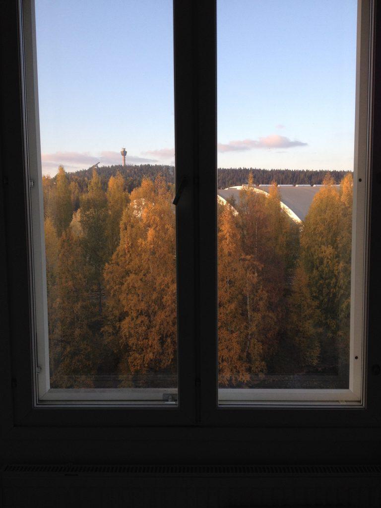 Tämän kuvan nappasin heti muuttaessani tähän asuntoon. Tätä maisemaa ihastelen edelleen, harva se päivä! Kauempana näkyy Puijon torni ja etualalla Kuopio-halli.