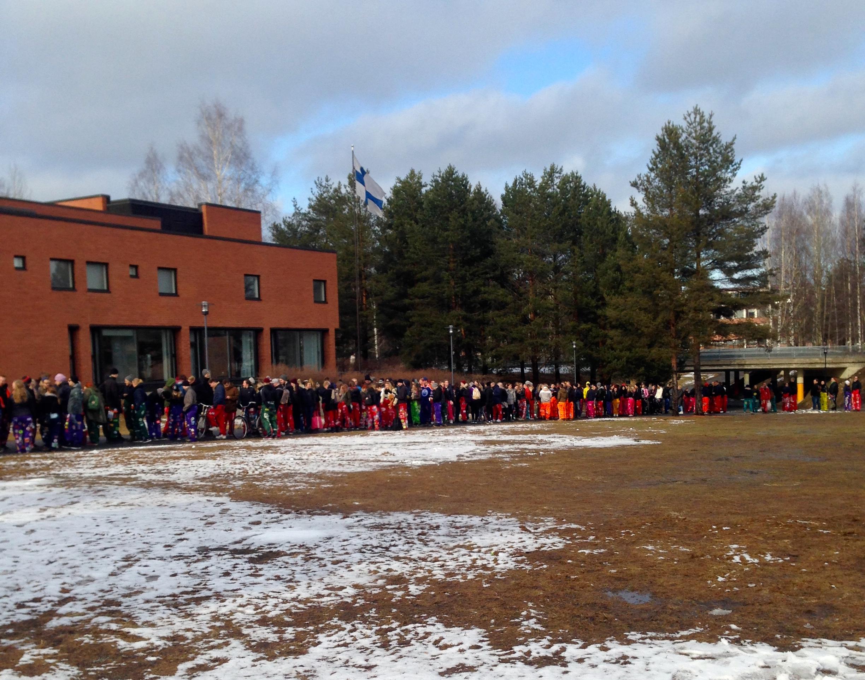Opiskelijat jonottavat innolla lippuja tapahtumaan.