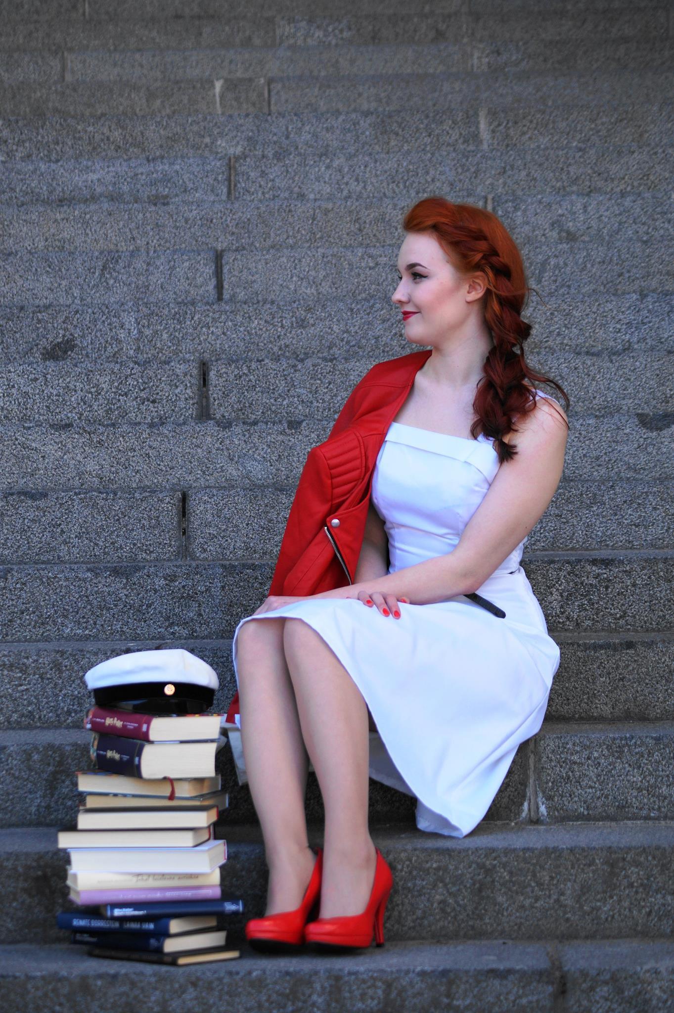 Lähettiläs-Marian ylioppilaskuva, kuvassa nainen, kirjoja ja valkolakki.