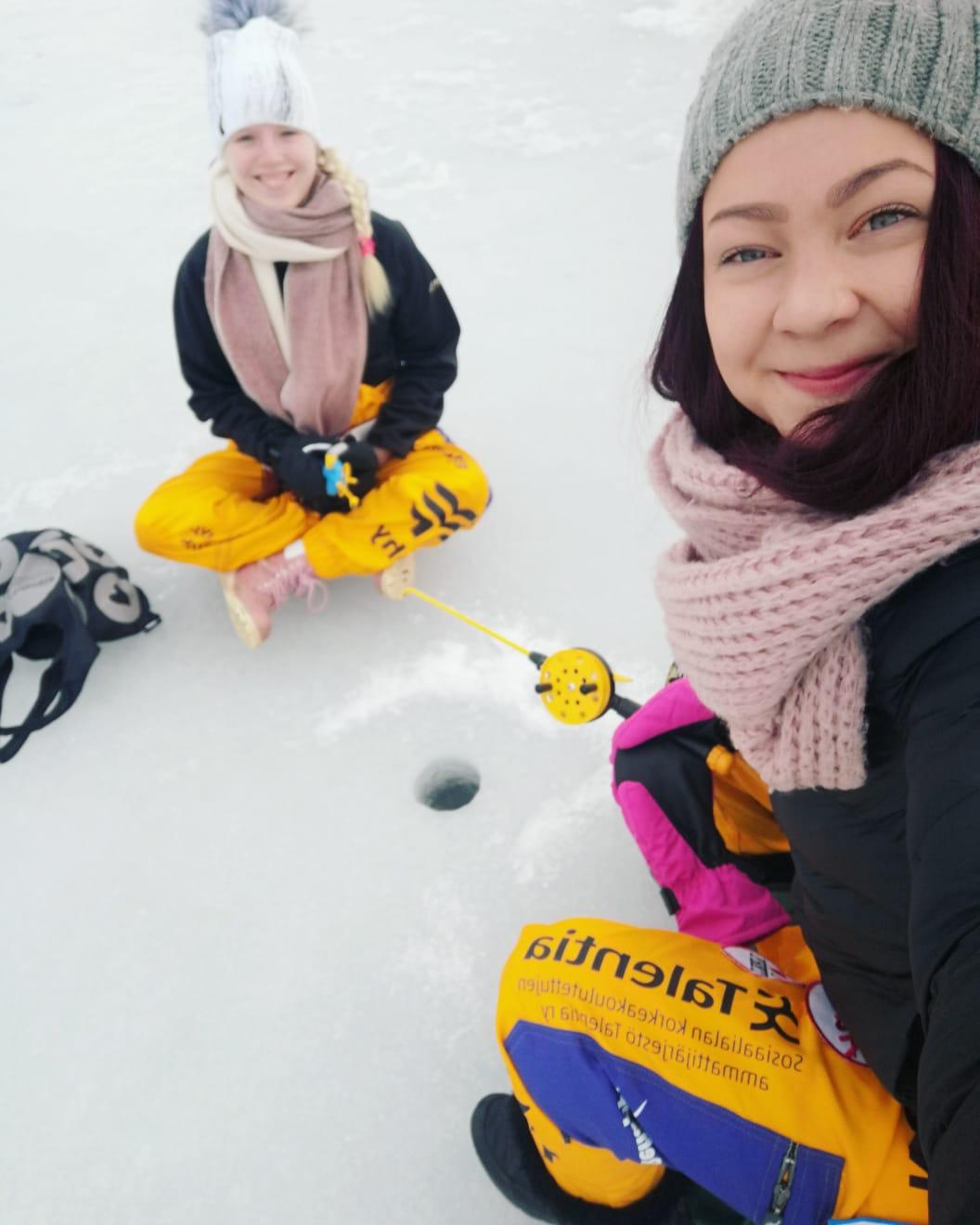 Kuva Mirkasta ja ystävästä pilkillä järven jäällä