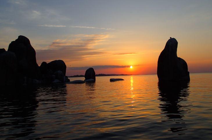 Afrikkalainen aurinko laskee Viktorian järvellä