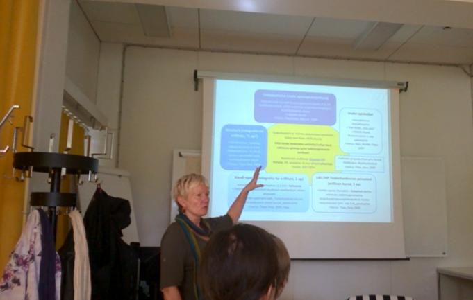 Eeva Koponen esittelemässä kirjaston koulutustarjontaa. Kuva: Tapani Toivanen