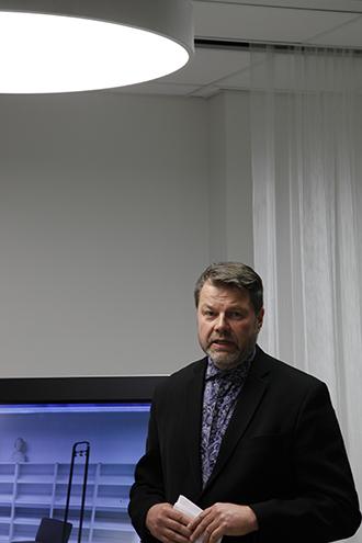 Kirjastonjohaja Jarmo Saarti korosti puheessaan kirjaston merkitystä oppimisympäristönä.