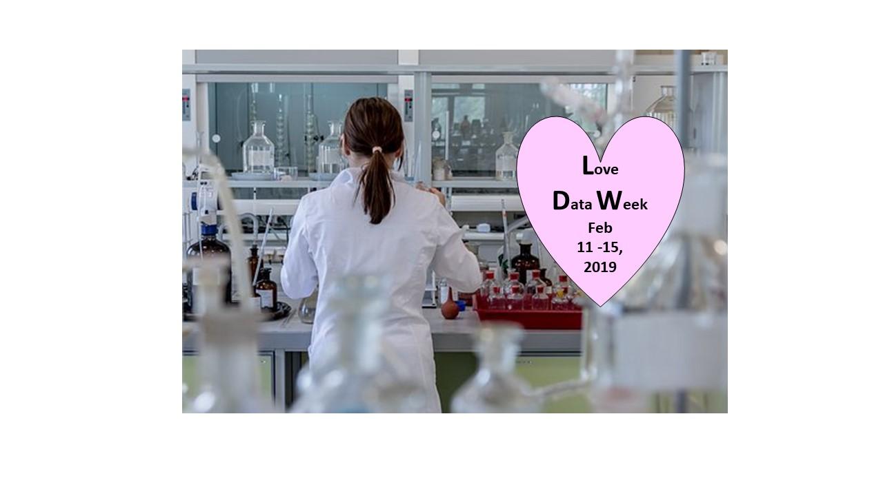 Nainen laboratoriossa valkoisessa takissa. Love Data Week -sydän. Kuva: Pixabay & Tuula Rissanen