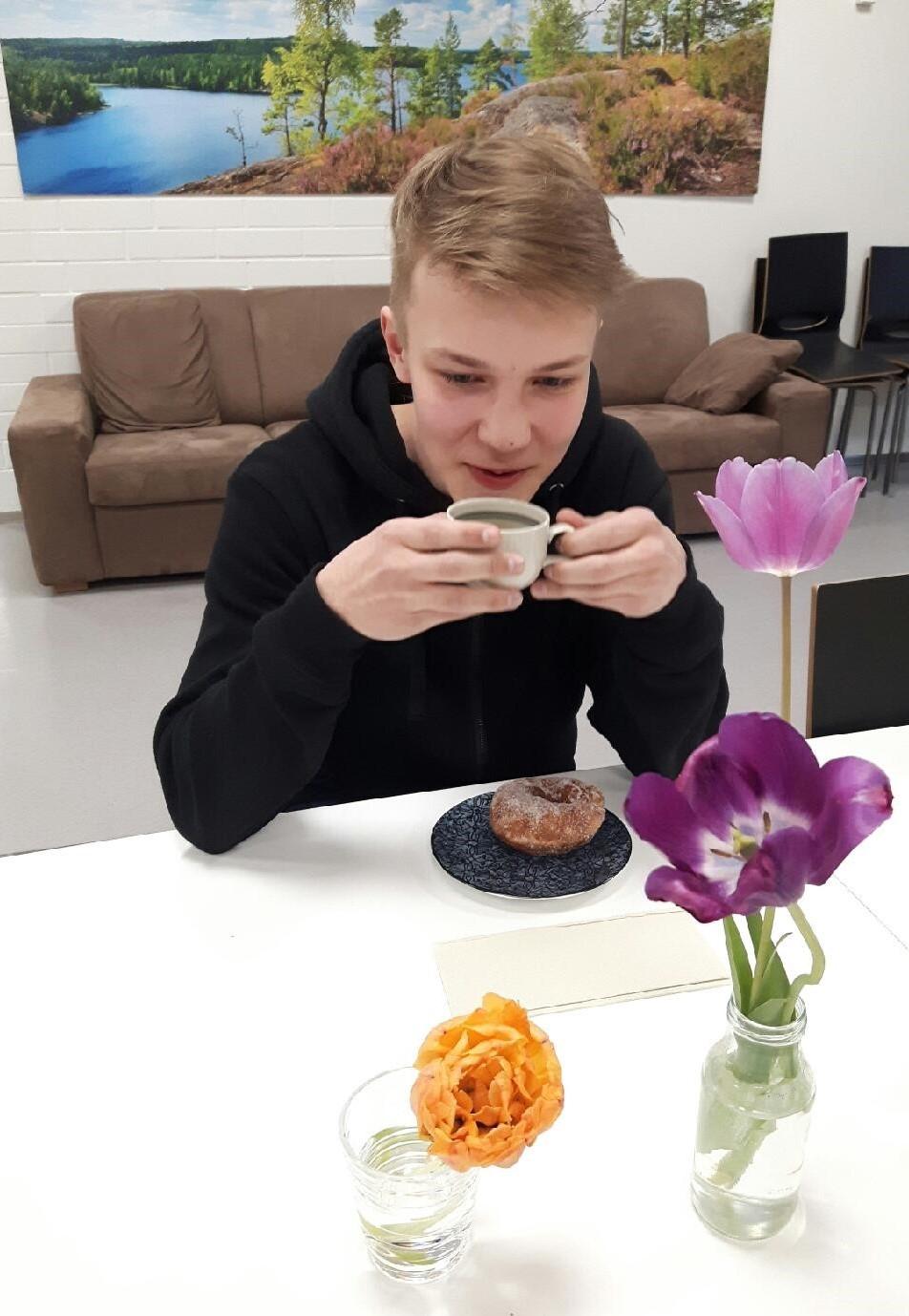 kirjoittaja kahvi munkki tulppaani sohva