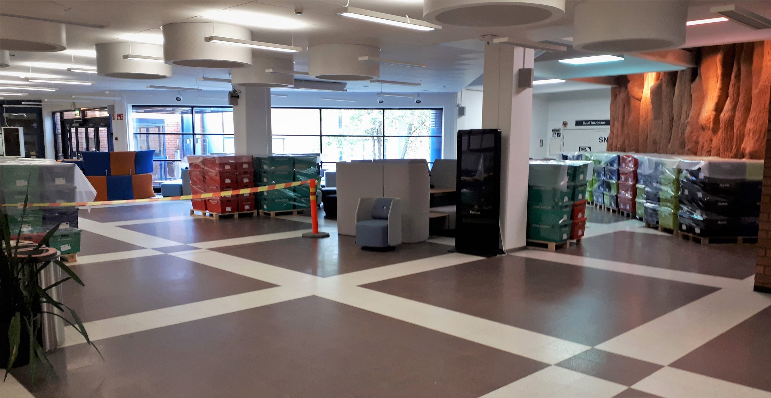 Kirjalaatikkolavoja yliopiston pääaulassa.