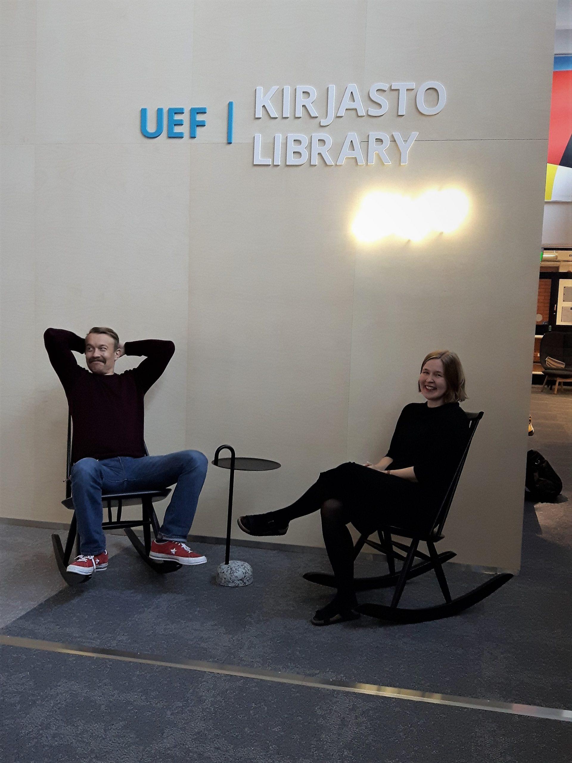 Kaksi ihmistä istuu keinutuoleissa.