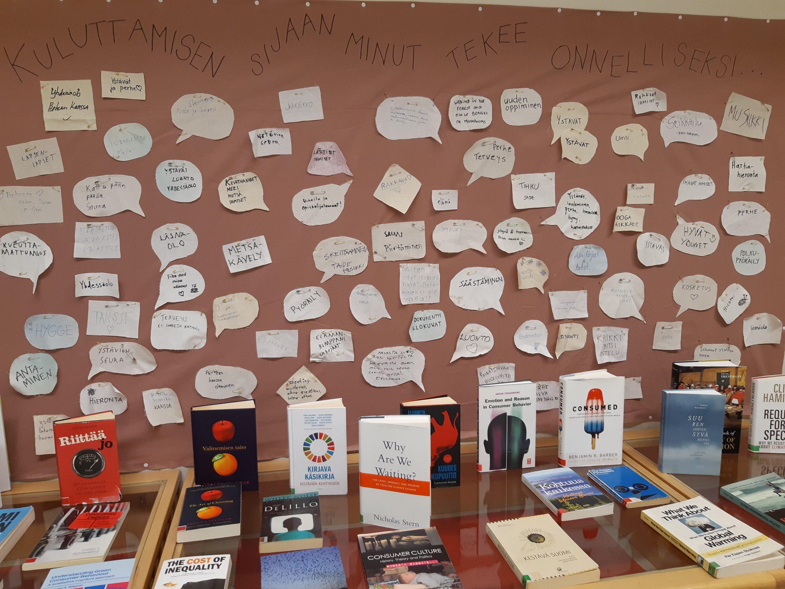 Pyödällä kirjoja, seinällä tekstiä puhekuplissa.