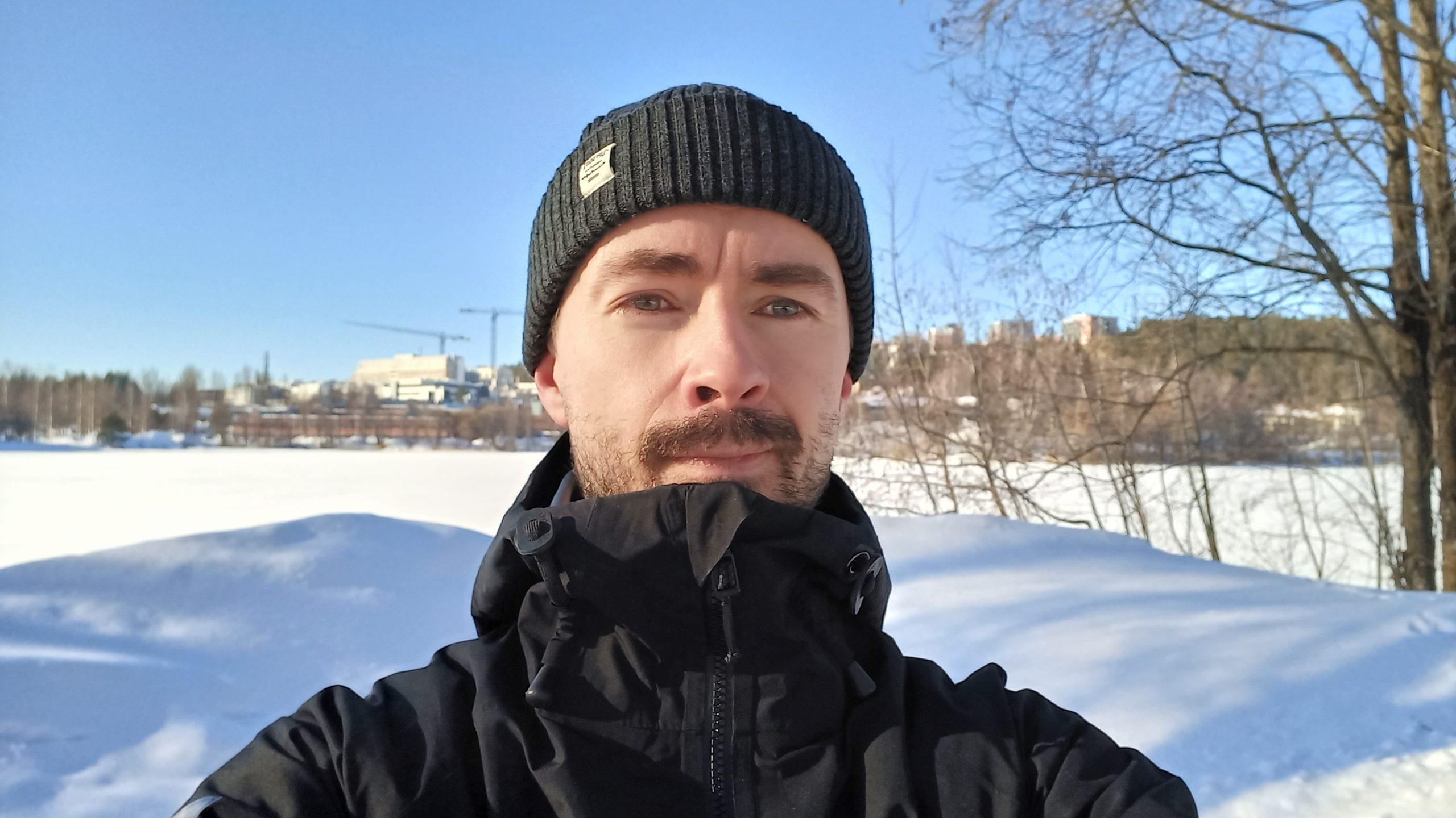 Mies, talvi, lumi, sininen taivas, aurinkoinen sää. Man, winter, snow, blue sky, sunny weather.