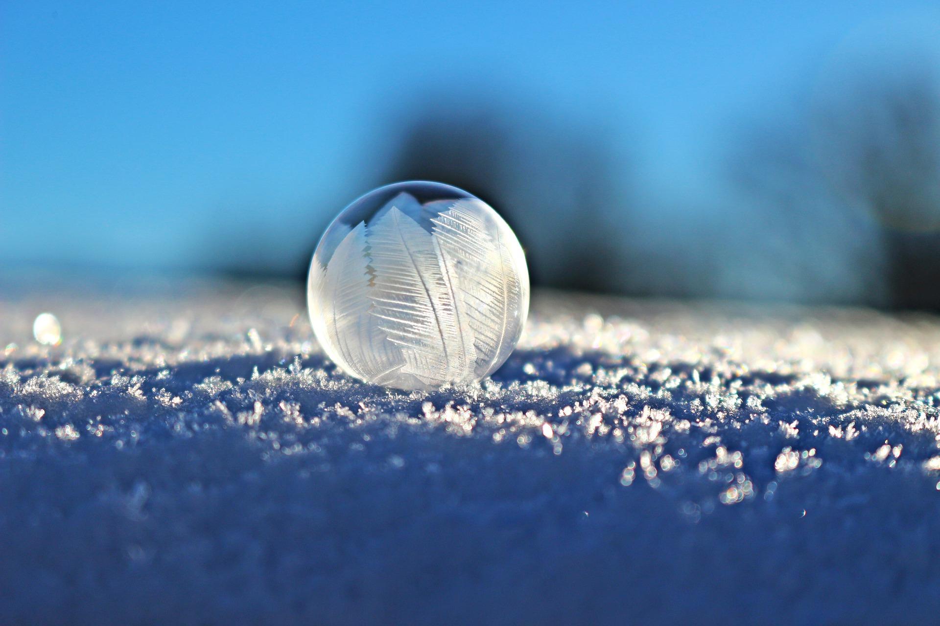 Jäätynyt saippuakupla lumella. Frozen soap bubble on snow.
