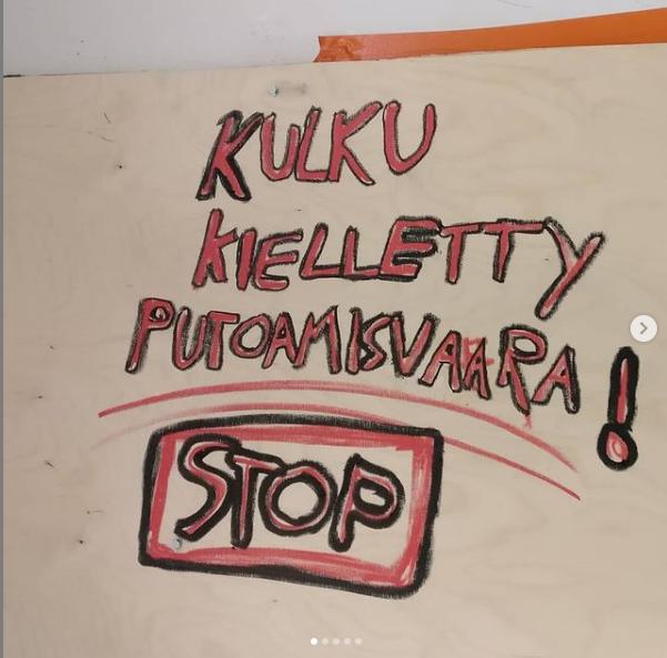 levylle käsinkirjoitettu teksti kulku kielletty putoamisvaara! stop