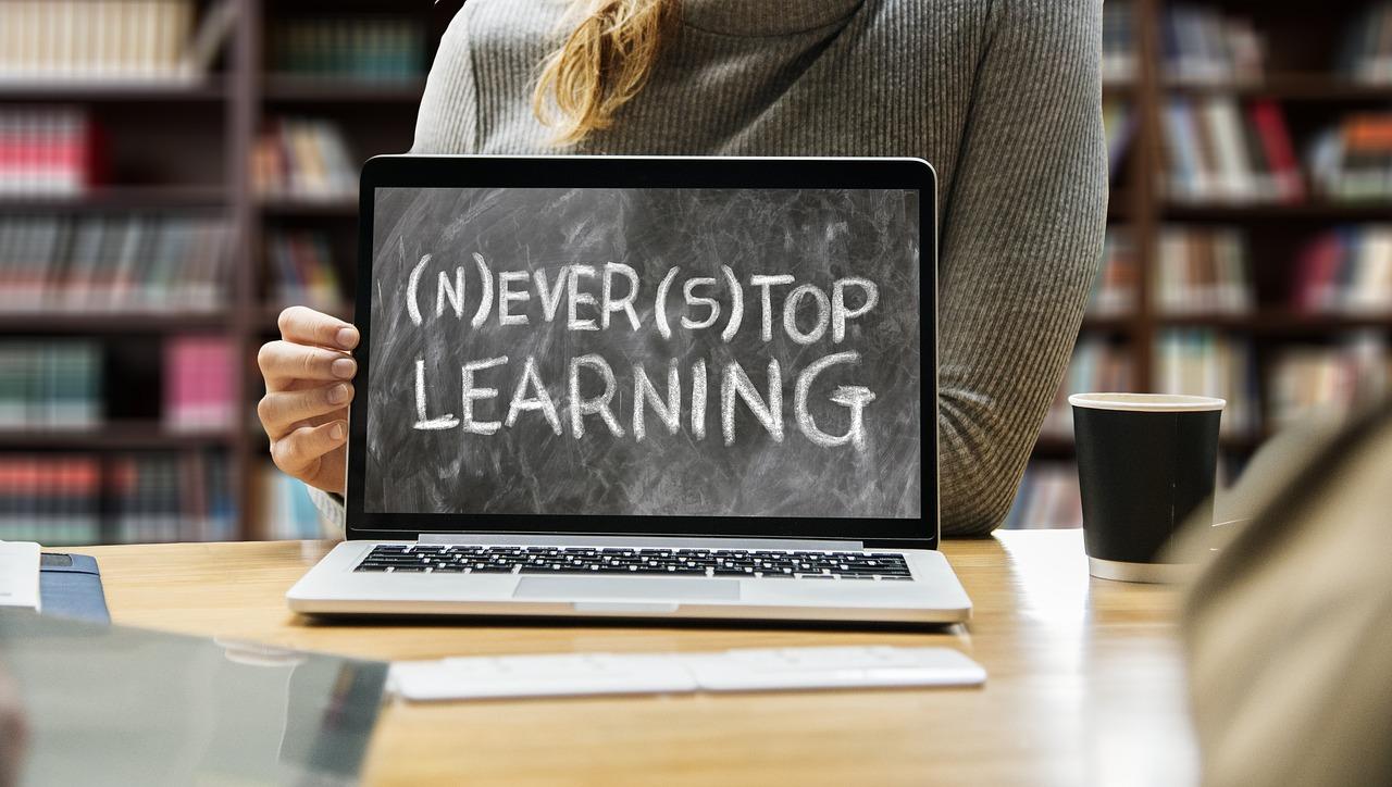 Never stop learning teksti tietokoneen näytöllä
