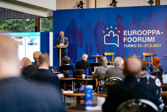 Yleiskuva Turun Eurooppa-foorumista elokuussa 2021: puhuja, yleisöä. Speaker, audience at Europe Forum.
