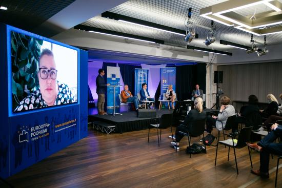 EU:n tuplasiirtymä -paneelin osallistujat. Participants of a panel discussion.
