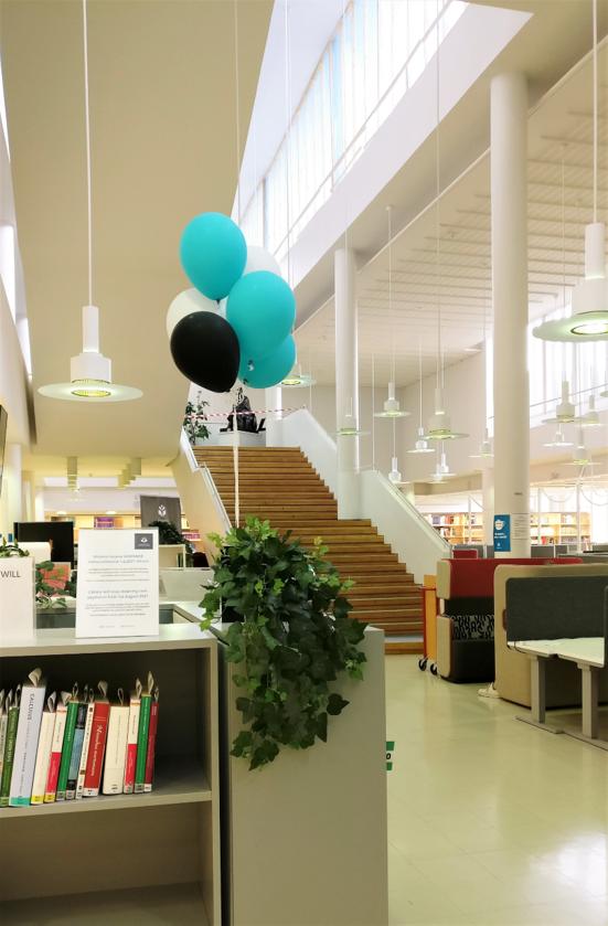 Ilmapalloja Joensuun kampuskirjaston aulassa. Balloons in the lobby of Joensuu Campus Library.